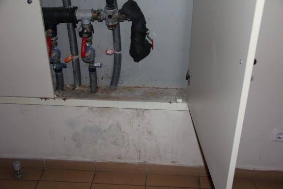 Tai rya 6 namo 3-ojo aukšto vamzdyno spintelė, kur matome, kad ne valymo reikia o remonto ir valytoja čia nepadės.