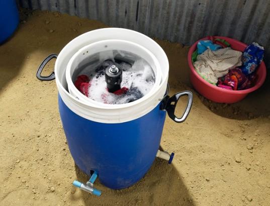 Neturtingoms šalims kažkokie filantropai sugalvojo išrasti štai tokią kojos jėgą naudojančią skalbimo mašiną. Nereikia elektros ir skalbti daug lengviau nei šiaip rankomis.  Bet mums dar tokių pirkti gal nereikia.