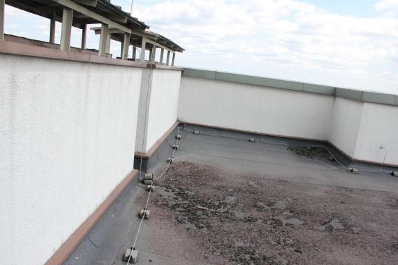 Dar šiek tiek šinos ir jos laikiklių ant 4 namo stogo.