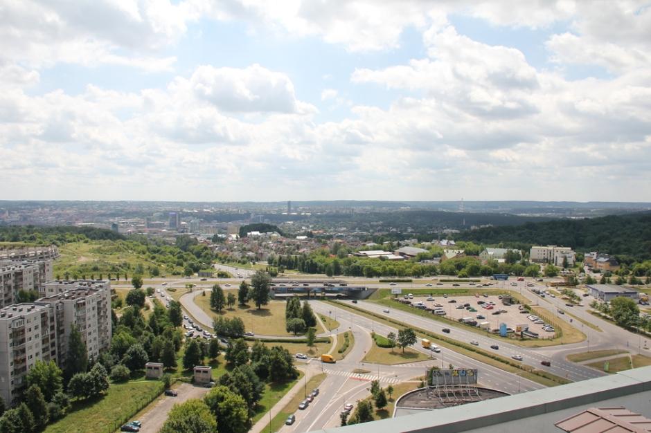 O čia vaizdas nuo stogo į miesto centrą
