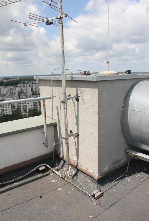 4 namo antena ir žaibolaidis. Antena neprijungta prie žaibolaidžio įžeminimo laido (šinos).