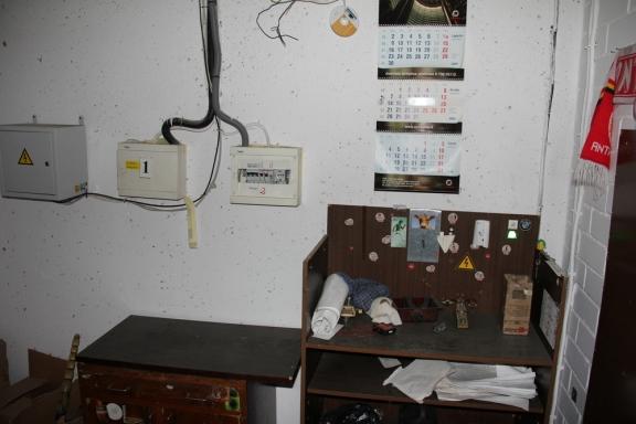 4'ojo namo liftų mašinų kambario pagrindiniai elektros įjungėjai ir liftininkų baldai bei kalendorius. Irgi nežinau kam jų reikia, bet matyt reikia.