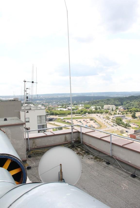 6 namo palinkęs žaibolaidis yra visai ne žaibolaidis, o lyg ir Omnitelio antena. Tačiau problema kita - šis daiktas neprijungtas prie žaibolaidžio įžeminimo laido...