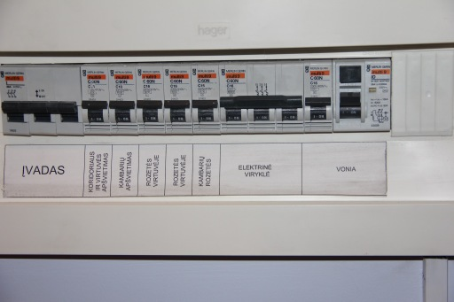 """Aukščiau esančio buto automatukai. Jau pavalyti, bet suodžių pėdsakai matosi. Matau kad įėjimo automatukas 40A. <a href=""""https://seskine46.wordpress.com/2013/07/12/automatiniai-elektros-saugikliai/"""">Garantuotai apačioje bus 20A. Reiktų pasikeisti.</a>"""