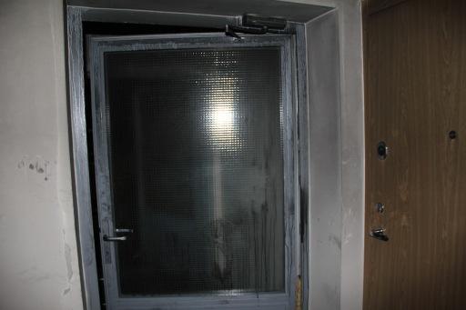Degusio buto aukšto laiptinės durys.