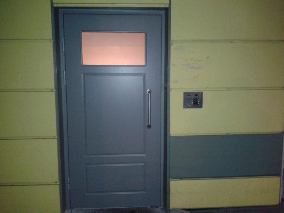 Na, o čia naujosios durys. Išspirti stiklą dabar sunkiau (gan aukštai koją reiktų kelti). Išmušti kuo nors - gal ir lengviau. Bet mes taip pat įsirengėme ir aplinkos stebėjimo sistemą. Tai, pone vandale, good luck, tskant...