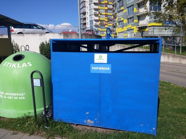 Popierius - mėlynas konteineris.