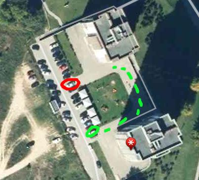 Čia raudonai pažymėta vieta, kuri buvo užstatyta, o žaliu ratuku tą vietą, kur pamatę sąmyšį kaimynai pasiūlė patraukti savo automobilį, o žalias punktyras rodo galimą mikroautobuso išsilaisvinimo iš mūsų kiemo kelią.