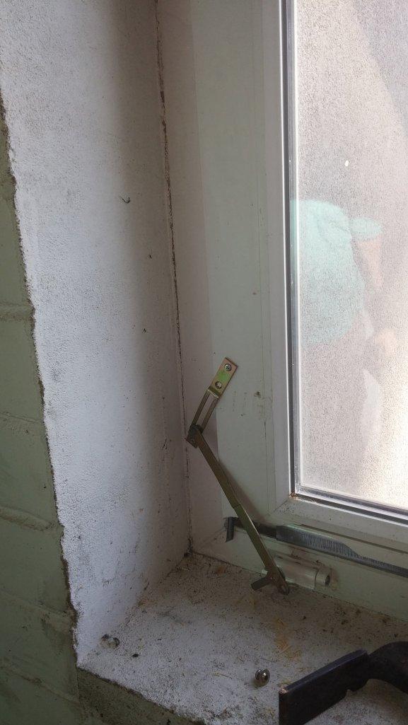 Panaudojom dar vieną išlūžusi lango detalę.