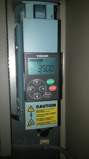 O čia yra dažnio keitiklis. Dabar rodo 35 Hz, kas yra ~8-9 atmosfer'os (arba bar'ai) vandens spaudimo.