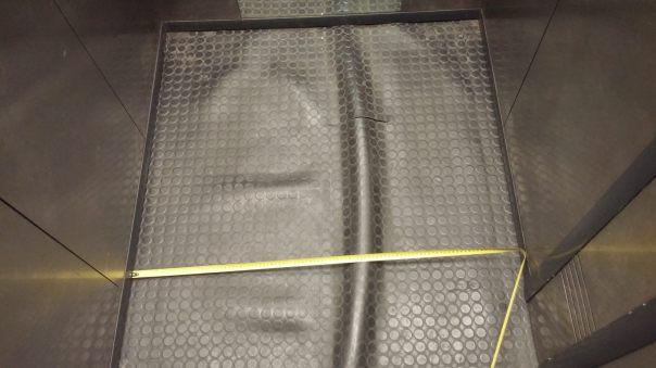 Susiraukšlijęs ir supjaustytas linoleumas